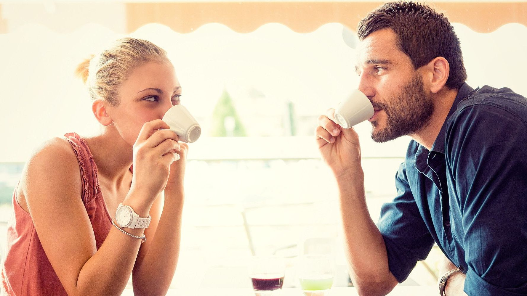 3 semne ca ea se simte bine la intalnire cu tine