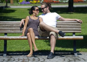 Liebespaar auf Parkbank - love couple sitting on a bench Credit: McPhoto/face to face
