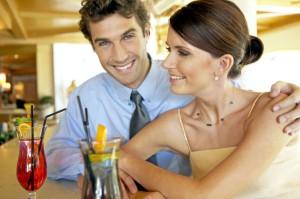 junges paar flirtet an der hotelbar, young couple flirting at hotel bar
